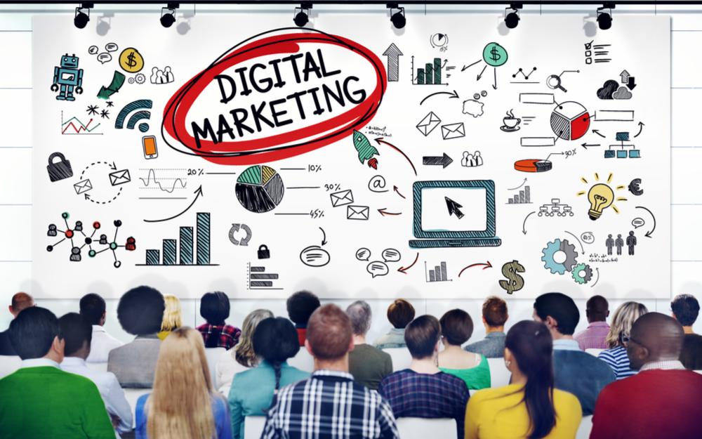 Gente estudiando marketing digital
